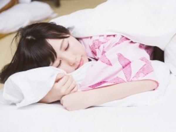 恋人の寝顔は天使の寝顔……でも寝相は??