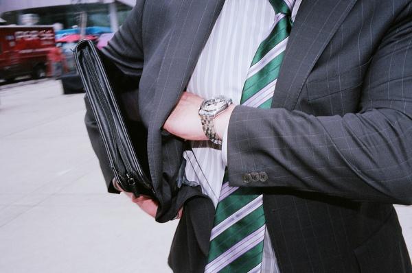 男性の鞄をチェック