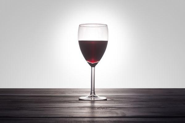 グラスにスパイスワインでムード抜群