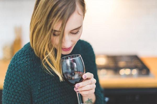 ワインを飲む前に臭いをかぐ?