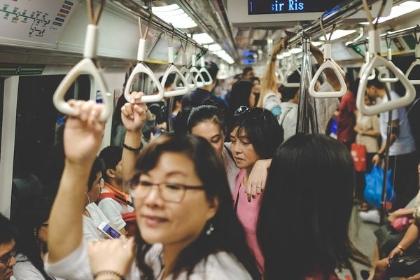 隣に吐きそうな酔っ払い…… 電車で「早く駅に着いて!」と祈るとき