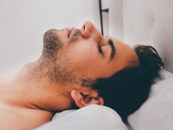 寝るときの服装から男性の恋愛傾向が分かる