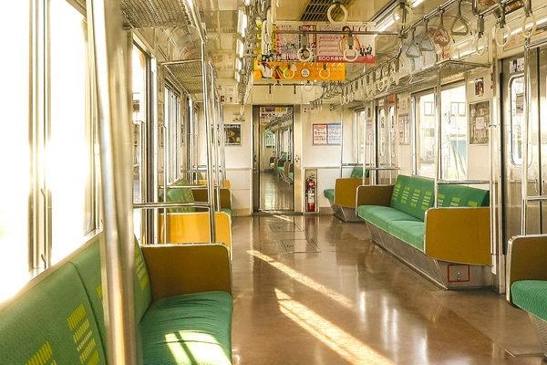 電車に乗ったらどこに座る?